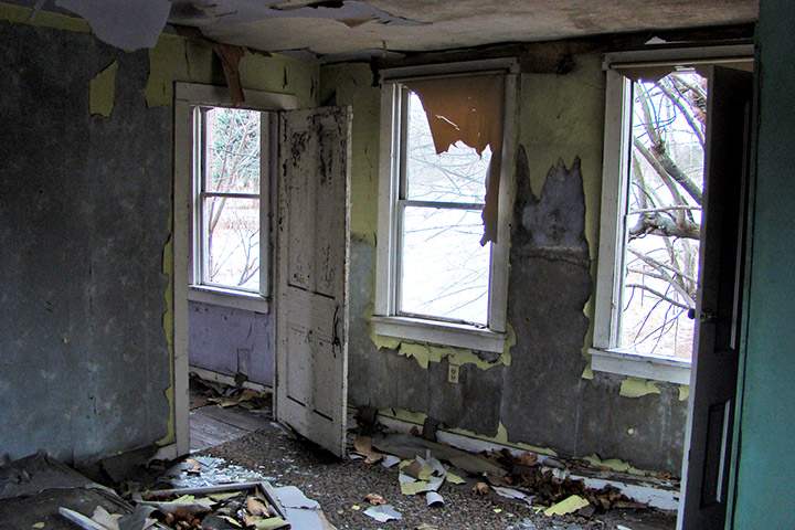 Inside an abandoned home in Centralia PA. Credit: Flickr/t3hwit